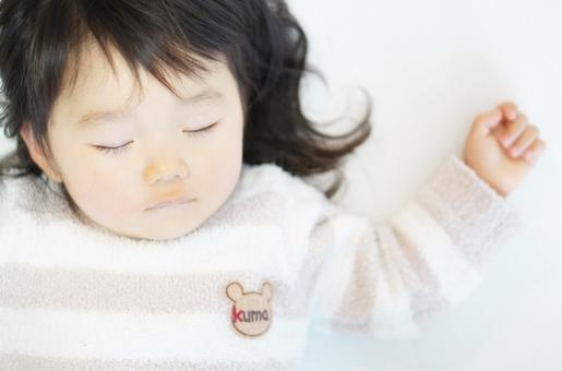 女の子の寝顔の写真