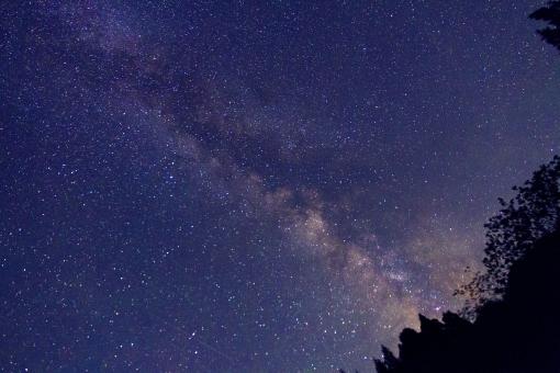 流れ星と天の川の写真