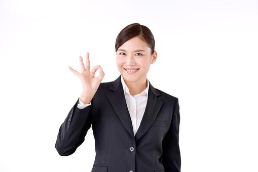 人物 日本人 女性 若い 若者  20代 スーツ 就職活動 就活 就活生  社会人 OL ビジネス 新社会人 新入社員  フレッシュマン 面接 真面目 清楚 屋内  白バック 白背景 上半身 ハンドサイン サイン 合図 OK 大丈夫 良い 笑顔 ビジネスマン mdjf007