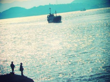 釣り人 釣人 海釣り 釣り つり ツリ 磯釣り 魚釣り 海 sea シルエット 岬 光 波 男性 人 人物 船 趣味 ホビー hobby 屋外 野外 海岸 自然 風景 景色 関門海峡 福岡県 福岡 門司 山口県 山口 下関 海峡 関門 北九州 ひかり ヒカリ 光り
