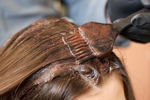 屋内 室内 モデル 外国人 人物 人 人間 大人 女性 女 20代 若い 1人 美容師 ヘアケア 頭 髪 茶髪 部分 手 手元 美容院 美容室 ヘアサロン ヘアダイ 毛染め クローズアップ 色 付ける 塗る 刷毛 ブリーチ 美容 技術 髪の毛 ヘアカラー カラーリング