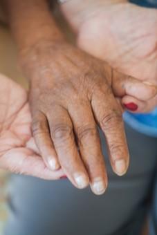 人物 老人 高齢者 お年寄り シルバー 手 指 ハンド パーツ ハンドパーツ クローズアップ しわ シワ 皺 手の表情 年老いた手 リハビリ 訓練 介護 補助 介助 支える 差し伸べる 差し出す 医療 福祉 介護士 介護師 介護ヘルパー 手元 手先 指先