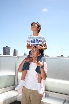 親子 家族 人物 大人 子供 遊ぶ 男の子 お父さん 父親 父 親  二人 一緒  仲良し 肩車 肩 肩にのる ビル 建物 屋外 屋上 空 青空 晴れ 快晴 高い スキンシップ 日本人 ライフスタイル mdmk004 mdjm018