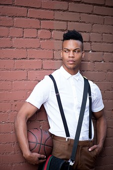 屋外 壁 レンガ 煉瓦 人物 外国人 黒人 黒髪 男性 20代 30代 若者 スポーツ選手 アスリート モデル バスケット バスケットボール ボール スポーツ ワイシャツ サスペンダー イケメン ハンサム かっこいい スタイリッシュ クール ファッション 持つ mdfm054