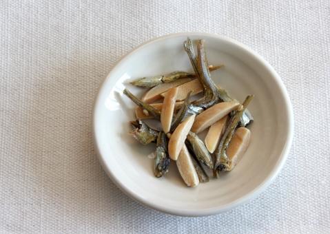 アーモンドフィッシュ 小魚 カルシウム 骨粗鬆症 老化防止 健康 美容 栄養 健康食品 つまみ おつまみ おやつ 女性 ナッツ 魚 骨 手軽 袋 さかな ダイエット 食事 食べ物 たべもの おいしい