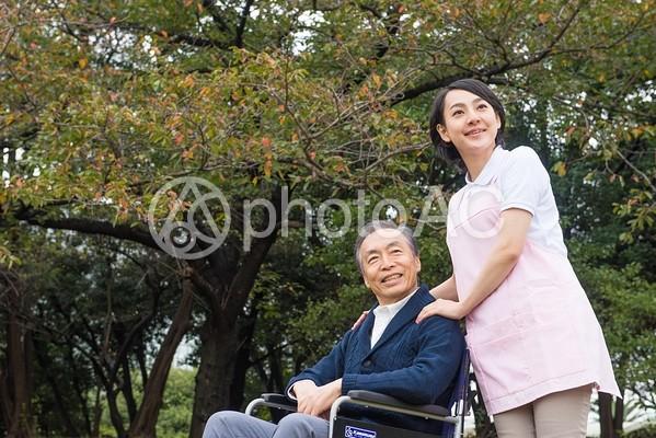 屋外の車椅子の男性と介護士13の写真