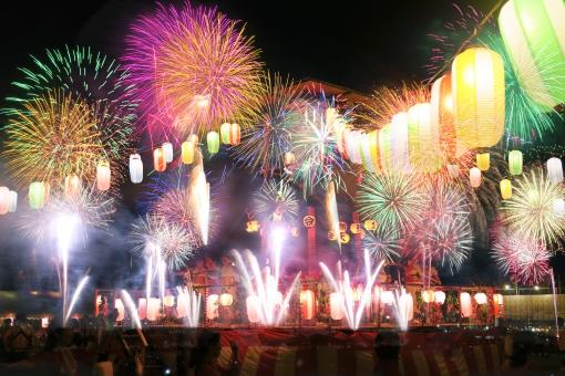 打ち上げ花火と夏祭りイメージの写真