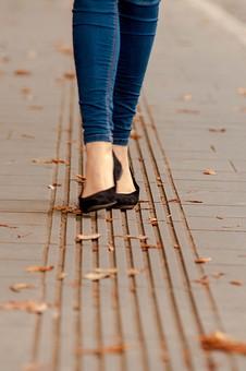 女性 女 女子 レディース 10代 20代 30代 おしゃれ オシャレ お洒落 物語 風景 パンプス つま先立ち 登る 上がる 歩く 歩行 立つ 屋外 室外 外 外出 落ち葉 秋 冬 靴 足 足元