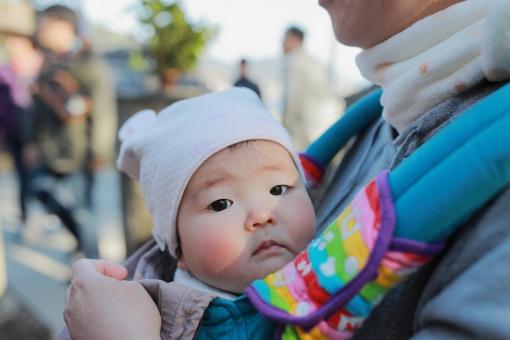 女 女性 女子 帽子 親子 母親 ママ お母さん 母 女の子 可愛い 赤ちゃん 冬 抱っこ 田舎 可愛らしい ほっぺた ほっぺ 抱っこ紐 母さん chrqqq351 赤ほっぺ