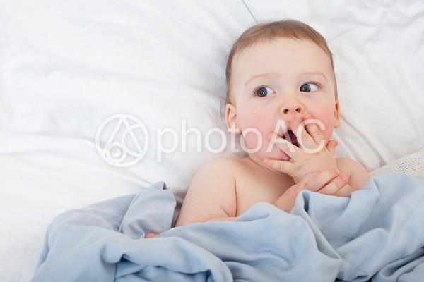 驚く赤ちゃんの写真