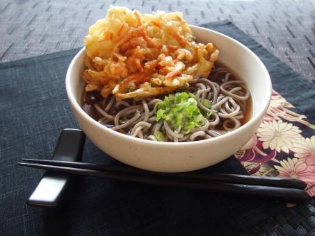 年越しそば 年越し蕎麦 蕎麦 そば かき揚げ 天ぷら 麺類 和食 日本食 食べ物 ネギ ねぎ 箸置き 温かい