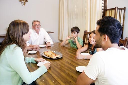 外国 海外 屋内 部屋 室内 ダイニング テーブル 食べ物 おやつ デザート スイーツ 人物 外国人 外人 家族 ファミリー 三世代 三世代家族 祖父 おじいちゃん 老人 シニア 夫婦 子ども こども 子供 娘 息子 男の子 女の子 団欒 30代 60代 70代 mdjms003 mdmk007 mdfk010 mdfm040 mdff069