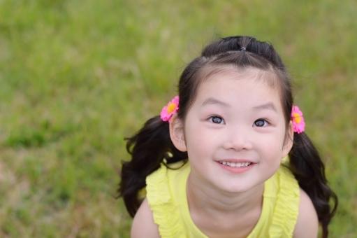 見上げる 子供 こども 子ども 笑顔 笑う 日本人 春 夏 mdfk023