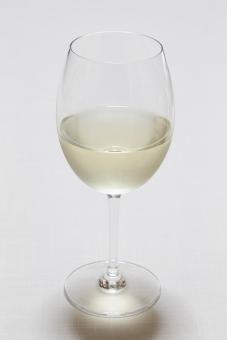 飲み物 飲料 アルコール 酒 洋酒 ワイン 白ワイン 果実酒 ブドウ酒 発酵 醸造 グラス ワイングラス ガラス コップ 透明 液体 室内 屋内 センター アップ 無人 接写 撮影 テーブル