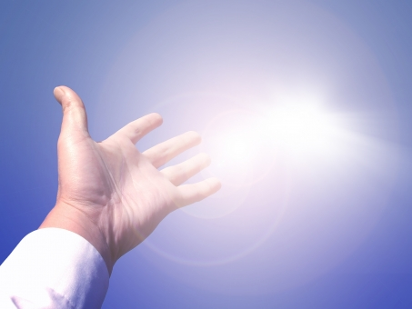 ハンドサイン 掌 てのひら 手の平 手のひら 挙手 手をあげる 手を挙げる パー ぱー じゃんけん ジャンケン 光 輝き 逆光 希望 成功 成功者 サクセス サクセスストーリー 青空 空 晴れ 快晴 太陽 太陽光 サンシャイン 燦然 腕 Yシャツ