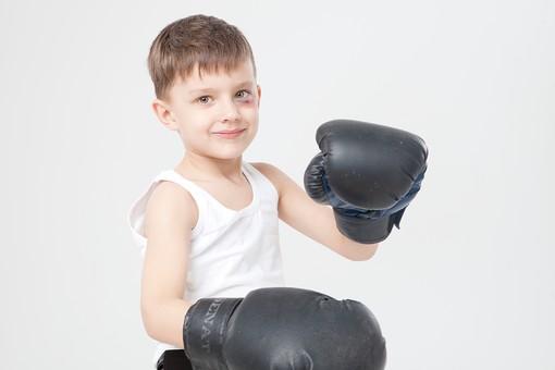 ファイティングポーズをとる男の子の画像
