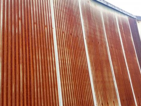 さび 錆び 錆 錆びたトタン トタン板 工場 建物 廃墟 歴史 壁 古い さびれた ビジネス 企業 会社 倒産 停滞 不振 将来 未来 暗雲 暗い 困難 落ち目 終わり 終焉 終了 跡 背景 素材