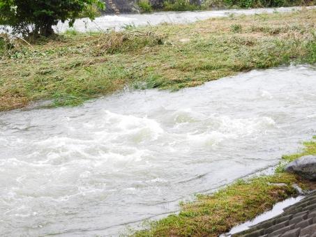 濁流 川 氾濫 台風 爪痕 激流 増水 危険 避難 避難勧告 注意 流れ 速い 水嵩 水位 溢れる 自然 猛威 大雨 9月 秋
