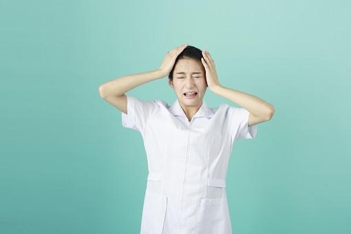 人物 女性 日本人 20代 30代   仕事 職業 医療 病院 看護師  ナース 医者 医師 女医 薬剤師  白衣 看護 屋内 スタジオ撮影 背景  グリーンバック おすすめ ポーズ 上半身 頭を抱える 失敗 残念 しまった うっかり mdjf010