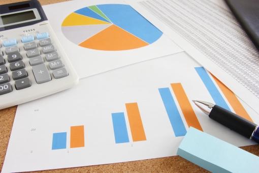 ビジネス 資料 グラフ 書類 会議資料 打ち合わせ ミーティング 売上推移 利益 データ 情報 円グラフ 棒グラフ 企画 プロジェクト 結果 成果 営業成績 業界 割合 月別データ 電卓 計算 集計データ 合計 背景 素材 背景素材 壁紙 仕事