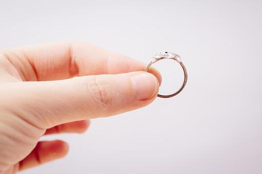 指輪 リング アクセサリー アクセ 女性 男性 女 男 レディース メンズ ユニセックス シルバー シルバーリング ファッションリング 貴金属 装飾品 個性的 おしゃれ 指 手 持つ つまむ 横向き 接写 クローズアップ アップ