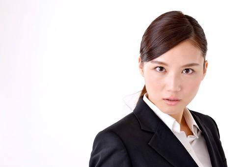 人物 日本人 女性 若い 若者   20代 スーツ 就職活動 就活 就活生   社会人 OL ビジネス 新社会人 新入社員   フレッシュマン ビジネスマン 面接 真面目 清楚  屋内  白バック 白背景 上半身 正面 見つめる 睨む 真剣 まなざし 眼差し mdjf007