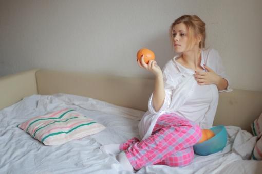 リラックス プライベート 外国人 女性 女 20代 白人 ブロンド ブロンドヘヤ 金髪 ロングヘア パジャマ ルームウェア 部屋着 自室 部屋 休日 休み まったり 全身 ベッド 布団 チェック ひとり 寝起き 朝食 朝ごはん グレープフルーツ みかん 柑橘  mdff010