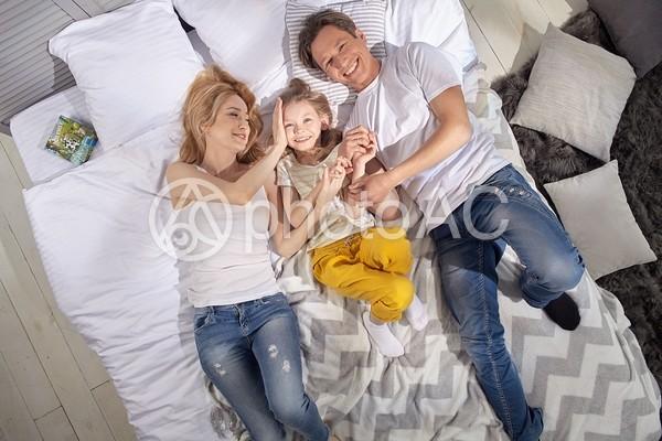 ベッドで横になる親子9の写真