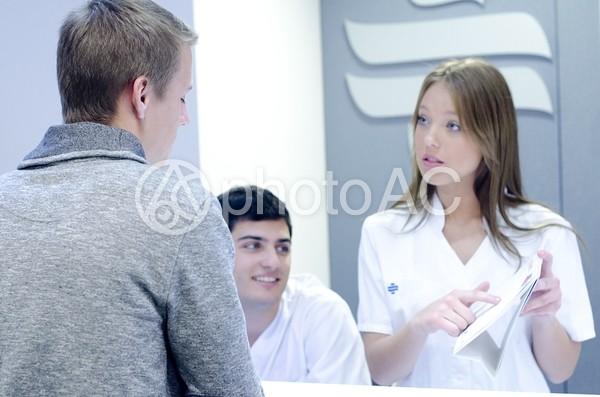 医師と受付スタッフと患者7の写真