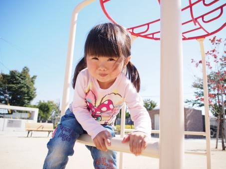 公園 子ども 子供 笑顔 girl child kids japanese park smile play jeans ジーパン 幼児 運動 体操 かわいい 元気 楽しい 少女 園児