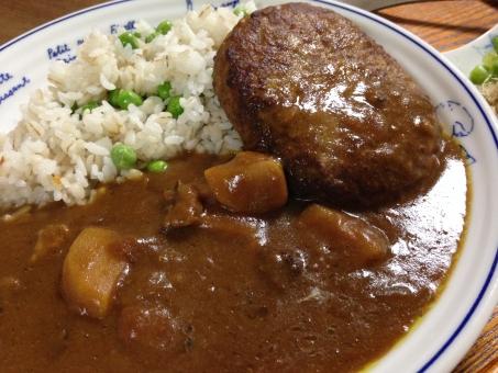 ハンバーグカレー ハンバーグ カレー ごはん 米 グリンピース 豆 家庭料理 家ごはん 夕食 日本食 夏 スパイス 自家製 激辛