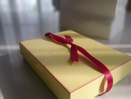プレゼント,ギフト,リボン,りぼん,箱,誕生日,イベント,手作り,記念日,記念,バレンタインデー,バレンタイン,ラッピング,ギフトボックス,包装,包装紙,ブライダル,ウェディング,ホワイトデー 紙袋 赤いリボン ゴディバ チョコレート お土産 おみやげ 室内