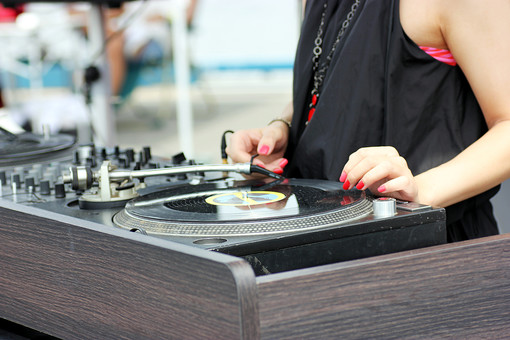 ディスクジョッキー DJ ターンテーブル クラブ イベント 人物 女性 音楽 ミュージック オーディオ レコード フェス フェスティバル 野外 外 屋外 クローズアップ 風景 クラブミュージック ネイル マニュキア ファッション 若者 カルチャー 文化 夏
