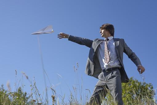 自然 青空 空 青 グラデーション 晴天 天気 晴れ 紙 紙飛行機 飛行機 工作 作る 折る 作品 飛ぶ 飛ばす 投げる 白 人物 外国人 男性 男の人 成人 社会人 ビジネスマン スーツ 花 植物 葉 緑 背景 室外 屋外 mdfm012