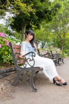 ベンチに腰掛ける女性の写真
