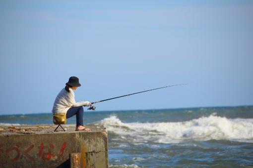 海 海釣り 釣り 竿 つりざお 堤防 波 空 女性 スポーツ 日本 japan sea