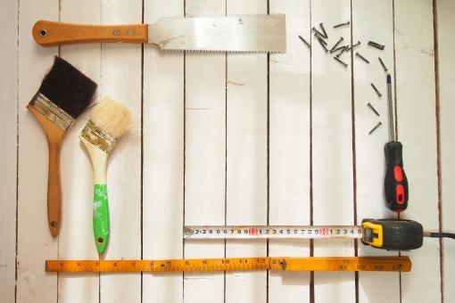 diy 日曜大工 工作 リフォーム 板壁 白 板 木 道具 工具 刷毛 はけ ハケ のこぎり ノコギリ ネジ ねじ 木ネジ ドライバー メジャー ものさし 定規 折りたたみ定規 フレーム テキストスペース 余白 スペース 文字入れ