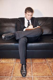 スペイン人 仕事 外国人 スーツ ビジネス ビジネスマン 男性 男 白人 黒いスーツ 若い白人 清爽 さわやか 真面目 真剣 絵を書く スケッチ 勉強 文を書く 書き取る ソファー 足を組む 黒い靴 休憩 会社 社会人 大人 30代 ネクタイ 営業マン 営業 人物 人間 働く ワーキング mdfm010