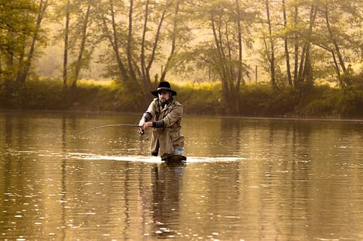 川釣り 川 河 川の中 河の中 ハット 帽子 立つ 水面 釣り フィッシング フライフィッシング アウトドア 魚 釣り人 フィッシャーマン 人物 男性 外国人 白人 景色 風景 自然 趣味 ホビー 正面 釣り竿 ロッド リール 木 林 森 緑 霧 投げ釣り キャスティング