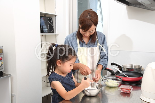 料理をする親子4の写真