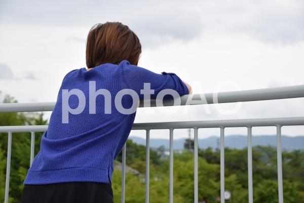 遠くを見つめる女性の写真