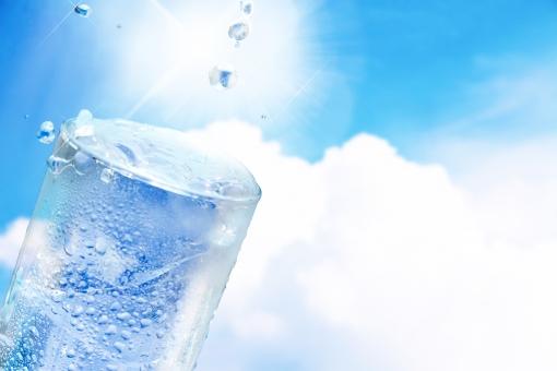 水 水分補給 コップ グラス 熱中症対策 冷たい 氷 夏 空 入道雲 水滴 水しぶき 飲み物 飲料水 美容 健康 真夏日 猛暑 青  無人  積雲  白  広角  爽快  背景  バックグラウンド  爽やか  青空  水色  青  寒色  エコ  環境  ブルー  テクスチャ  風  気流  バックグランド  バックイメージ  背景素材 背景デザイン  壁紙  透明感  潤い  グラデーション 柔らか
