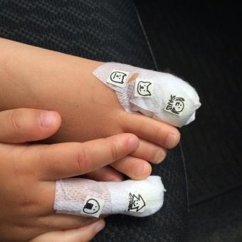 手 男の子 女の子 子ども キッズ 治療 包帯 ばんそうこう シール 手作り 手描き ママ 愛情 かわいい 病院 脚 足 痛い ケガ 医薬品 病気 健康管理 女性 人間的 金融業務 疾病 人 大人 世話 バックグランド 健康 ハンドヘルド