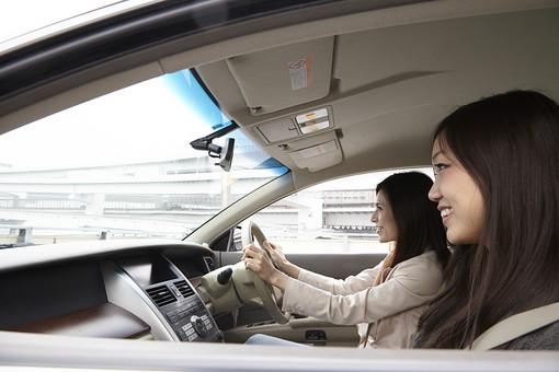 ドライブ 運転 ドライビング 車 乗用車 セダン ハンドル シートベルト 運転席 助手席 安全運転 人物 女性 二人 仲良し 友達 旅行 旅 観光 笑顔 楽しみ 景色 風景 休日 休暇 思い出 日本人 mdjf041 mdjf042