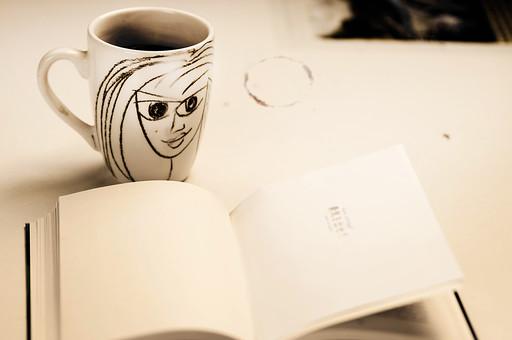 本 ブック 書物 書籍 図書 読書 読む 趣味 勉強 ページ 捲る めくる 開く リラックス 寛ぐ くつろぐ コーヒー マグカップ カップ コップ 飲み物 ドリンク 接写 クローズアップ テーブル 机 絵 似顔絵