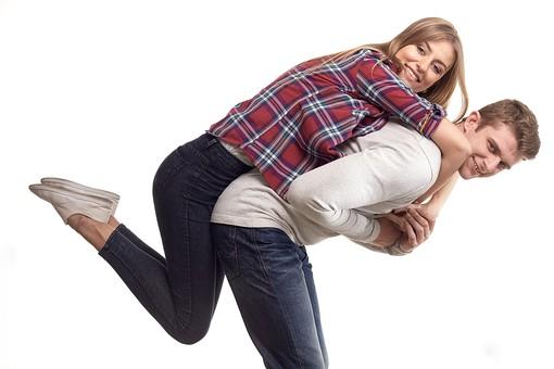 カップル 男女 仲良し おんぶ 幸せ ラブラブ 好き 笑顔 フレンド 嬉しい 愛 一緒 ハッピー ジーンズ 飛びつく 掴む 背負う 運ぶ 外国 瞬間的 ラブ 二人 笑顔 離さない 愛してる 白背景 白バック 外国人 mdff103 mdfm059