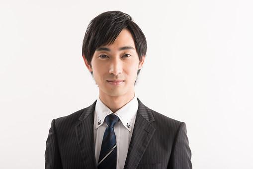 日本人 男性 男の人 人間 人物 若い 若手 30代 スーツ ネクタイ ビジネスマン 会社 社会人 社員 職員 政治家 議員 白背景 白バック 笑顔 微笑む 証明写真 バストアップ 誠実 黒髪 セールスマン 政治 mdjm005