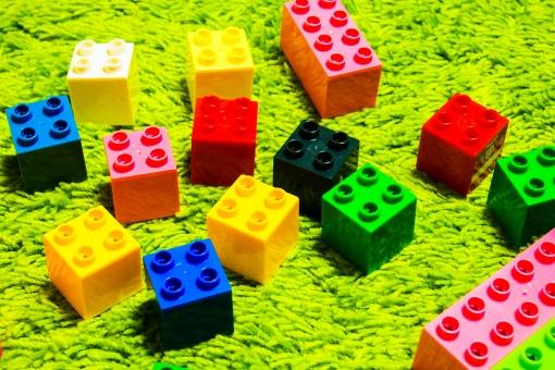 ブロック 子供 あかちゃん ベビー おもちゃ 玩具 遊び カラフル ピンク 赤 黒 緑 黄色 青 絨毯 芝生 作る 組み立てる 夢 希望 楽しい