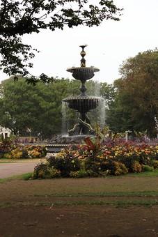イギリス ブラントン 海外 外国 旅行 観光 名所 公園 庭園 噴水 水 木 花壇 花 植物 カラフル 空 カントリー 自然 風景 景色 きれい キレイ 綺麗 通路 芝 芝生 フラワー 高い