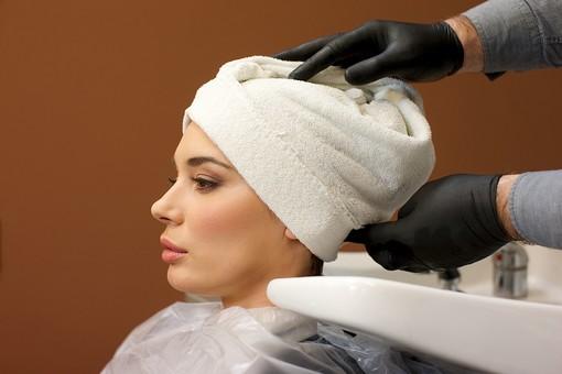 屋内 室内 モデル 外国人 人物 人 人間 大人 女性 女 20代 若い ロングヘア 2人 美容師 ヘアケア 頭 髪 美容院 ヘアサロン タオル 巻く 覆う 被る 美容 座る 髪の毛 美容室 mdff134